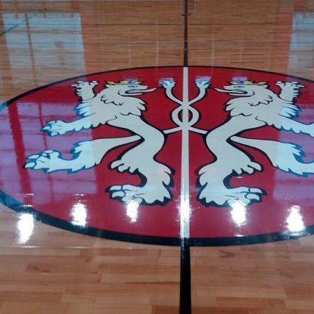 Cyklinowanie sal sportowych logo firmy