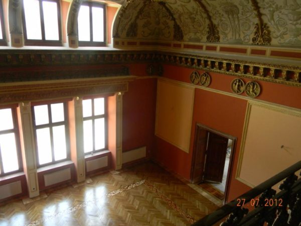 Renowacja parkietu dębowego jednej z piękniejszych sal w Pałacu Tielscha w Wałbrzychu cykliniarze parkieciarze zdjecie