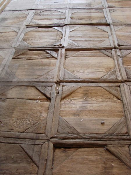 Konserwacja i rekonstrukcja zabytkowych taflowych posadzek drewnianych w pałacu w Starym Gostkowie