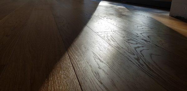 Renowacja, szczotkowanie podłogi dębowej