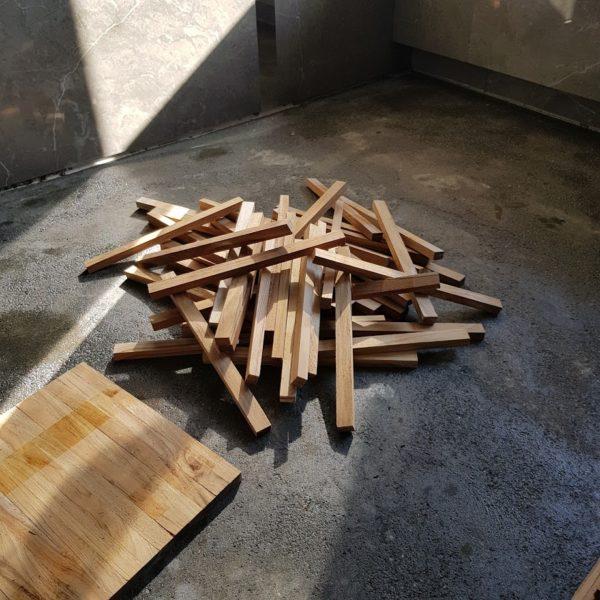 Drewno w łazience.