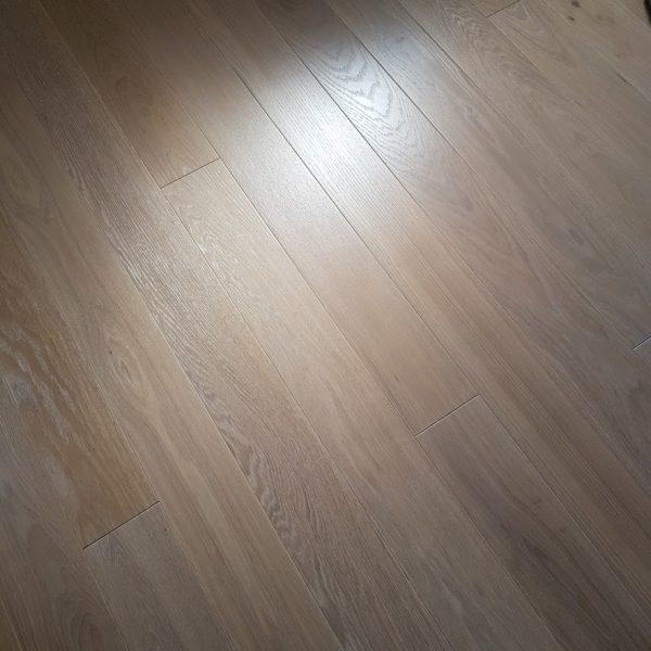 Biel w kontraście z naturalnym odcieniem. WALCZAK – podłogi drewniane