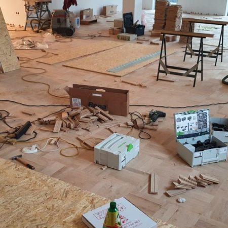 Montaż posadzki drewnianej na sali bankietowej. obrazek cykliniarze parkieciarze aktualnosci