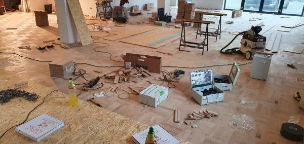 Montaż posadzki drewnianej na sali bankietowej.